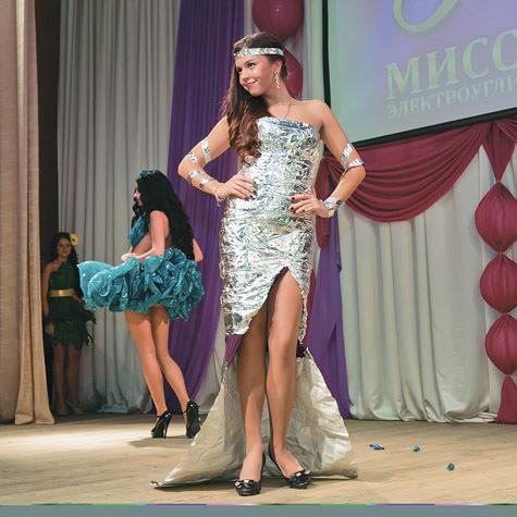 Мисс Грация-2013 Виктория Школьникова в платье из фольги. фото: