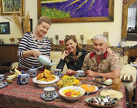 Мама Вики Цыгановой, Людмила Михайловна, обожает подкармливать дочку и зятя.  Пирожки, хлеб домашней выпечки и чай по...