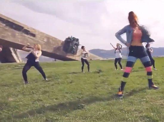 Девушек, танцевавших у мемориала