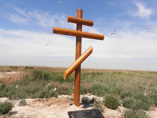 В память о школьниках и педагоге, погибших пять лет назад на Ейской косе, поставили новый крест
