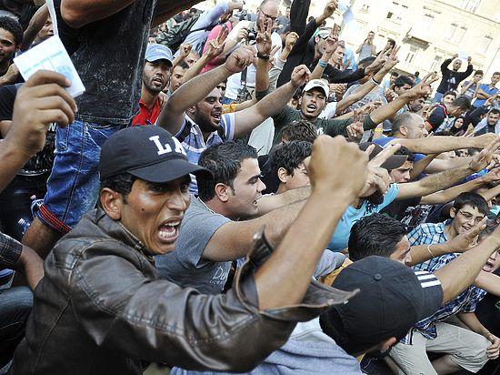 Хаос с беженцами в Будапеште: мигранты протестуют на вокзале