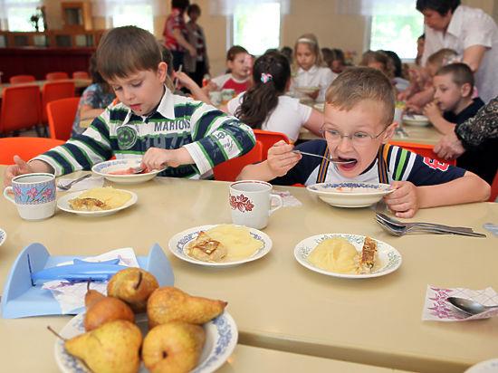 В школах началась война из-за платного питания на продленке