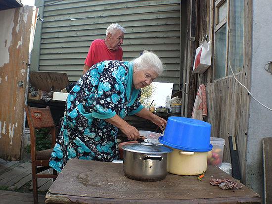 Кошмар на Рублевке: старики-погорельцы ютятся в курятнике под боком у миллионеров