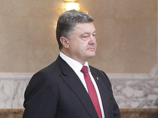Порошенко застеснялся рукопожатия Путина и запретил украинским телеканалам его показывать