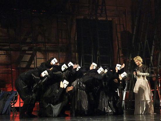 В Театре Пушкина показали премьеру «спектакля без слов» по Бернарду Шоу