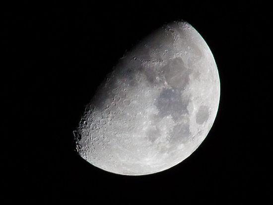 Ученые объяснили, почему Луна вращается к Земле под