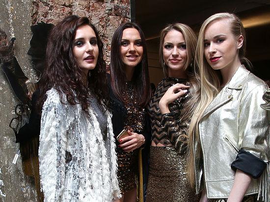 «Блестя́щие» — российская женская поп-группа. Одна из первых женских групп...
