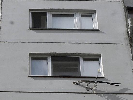 Жительница Иркутска выбросила в окно двоих детей и спрыгнула сама