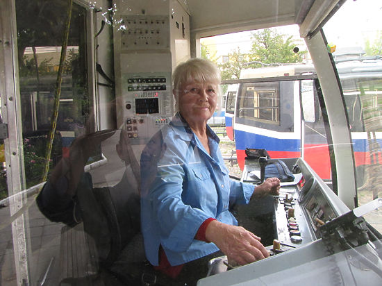 Самой возрастной вагоновожатой Москвы сегодня — 70 лет