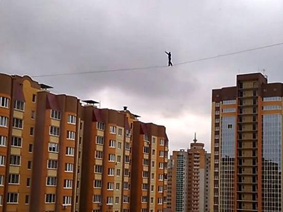 Воронежский экстремал прошел по канату между двумя высотками
