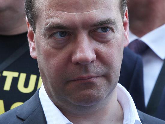 Медведев заявил что россияне хорошо приспособились к падению рубля