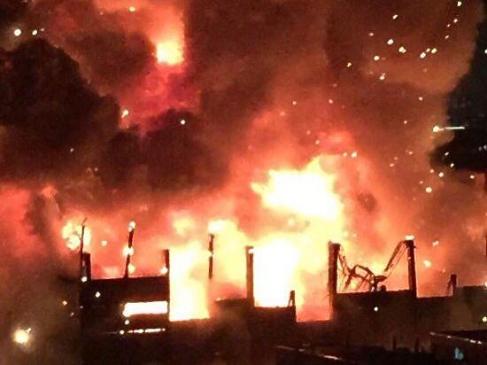 На Тушинском заводе бушует сильнейший за последние 25 лет пожар