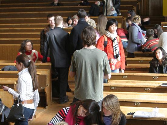 Госдума поддержала Совфед в идее ограничить выезд выпускников вузов