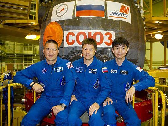 Космонавтов в казахской степи встретила рота солдат