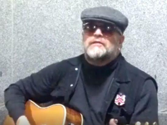 Борис Гребенщиков спел в переходе московского метро, «кинув шапку»
