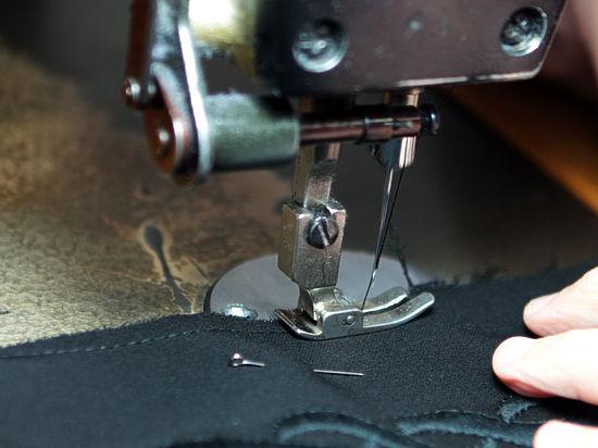Москвичи начали активно ремонтировать старую одежду, чтобы не покупать новую
