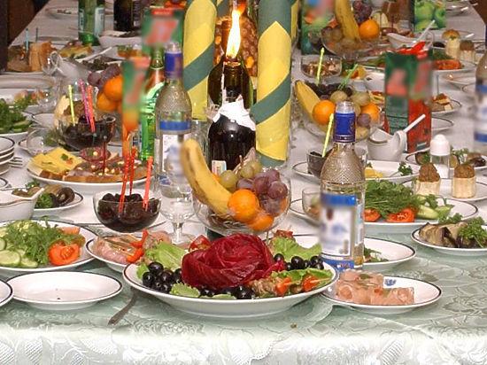 Эксперты объяснили, сколько шампанское и оливье могут храниться после праздника