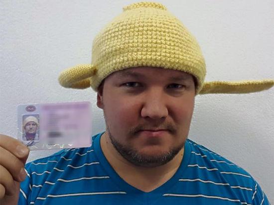 ГИБДД решила отобрать права у гражданина с дуршлагом на голове