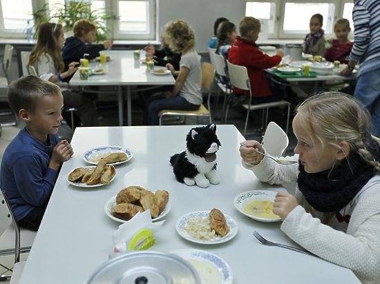 Детей из богатых и бедных семей стали кормить отдельно
