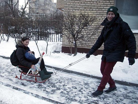 В снегопад москвичи начали платить за проезд на санках