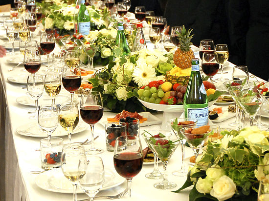 Учёные выяснили, что за большим столом человек ест меньше