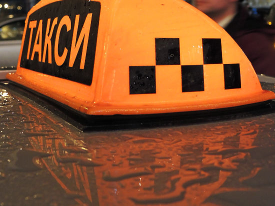 Таксист сбросил автоинспектора с эстакады, засмотревшись на аварию