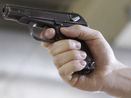 Полицейский получил пулю, защищая супругу