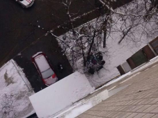 Женщина госпитализирована после падения из окна с ребенком, младенец скончался