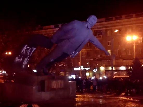 Опубликовано видео сноса памятника Петровскому в Днепропетровске
