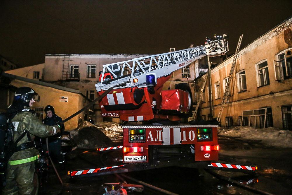 Пожар на Стромынке: спасатели мужественно боролись с огнем ...: http://www.mk.ru/photo/gallery/10662-169399.html