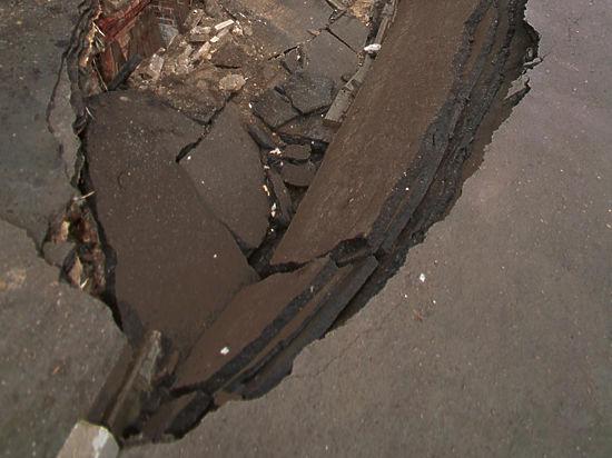 Две иномарки упали в яму при провале грунта в Москве