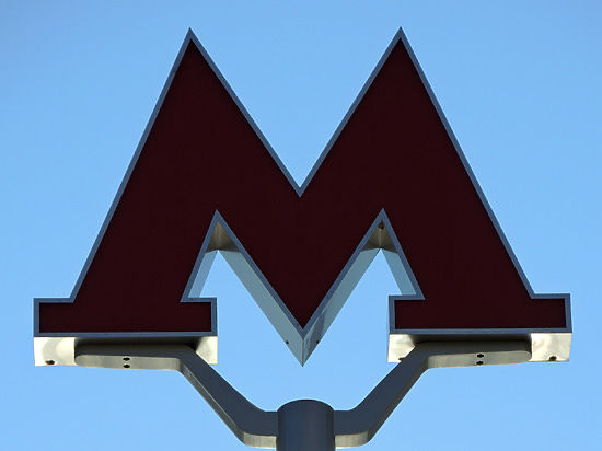 На турникетах метро появились наклейки с указанием направления движения