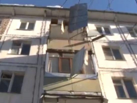 Из-за падения ледяной глыбы скрыши дома обвалился балкон вЧехове