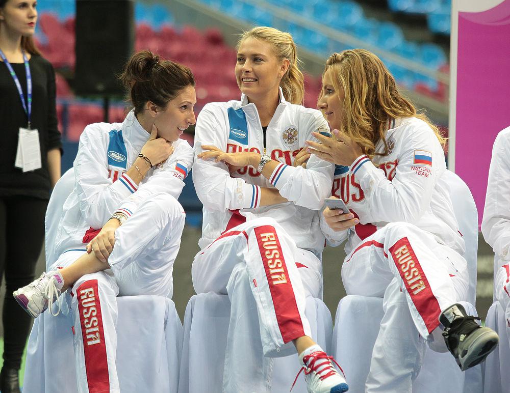 В Москве прошла жеребьевка четвертьфинального матча теннисного Кубка Федерации, в котором уже в эти выходные сойдутся сборные России и Нидерландов. Как и ожидалось, Мария Шарапова в список спортсменок одиночного разряда не попала, зато, теоретически, может принять участие в парном поединке.