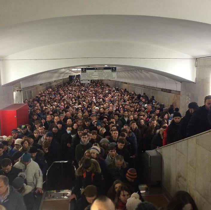 """На станции московского метрополитена """"Тульская"""" образовалось огромное скопление пассажиров, которые не могли покинуть станцию."""