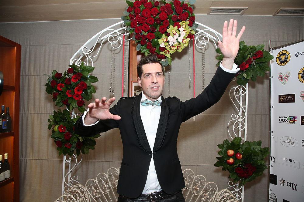 В преддверии Дня Святого Валентина в плавучем ресторане столицы «Чайка» состоялась презентация нового клипа «Съешь мое сердце» группы «Ногу свело». Презентация закончилась вызовом наряда полиции.Об этом подробнее в репортаже корреспондента «МК».