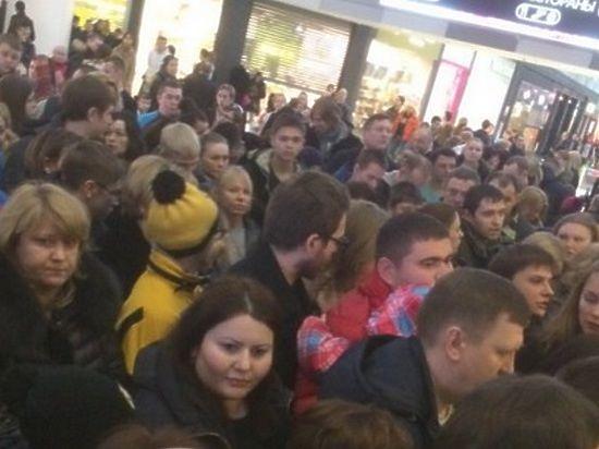 Толпы, пробки: из трех московских ТЦ эвакуировали семь тысяч человек