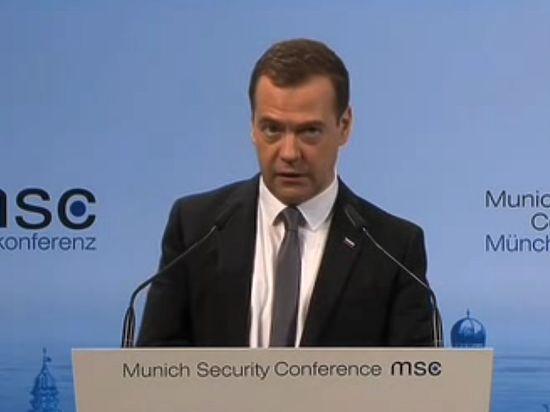 Холодная война в Мюнхене: Медведева слушали, фыркая и смеясь