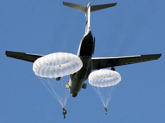 Двое десантников, спустившихся на одном парашюте, получили медали