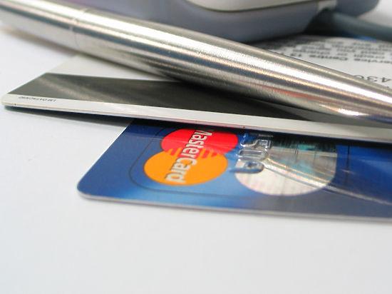 Официантку, придумавшую новый способ мошенничества с кредитками, «наградили» в полиции