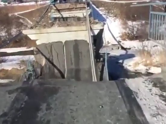 Мост в Приморье обрушил большегруз