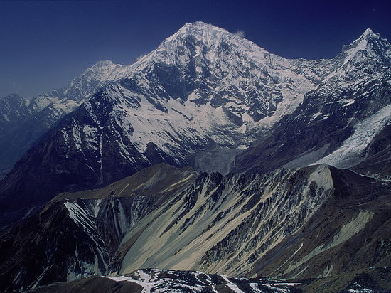 Пассажирский самолет исчез в непальских горах