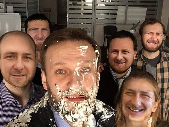 Запах ванили и фигни: соцсети высмеяли нападение на Алексея Навального