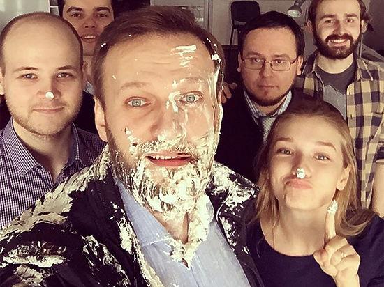 Хулиганы с тортами напали на Алексея Навального