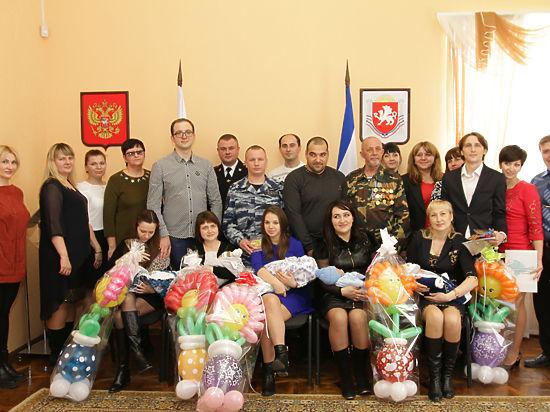В Крыму новорожденным мальчикам вручили повестки в армию