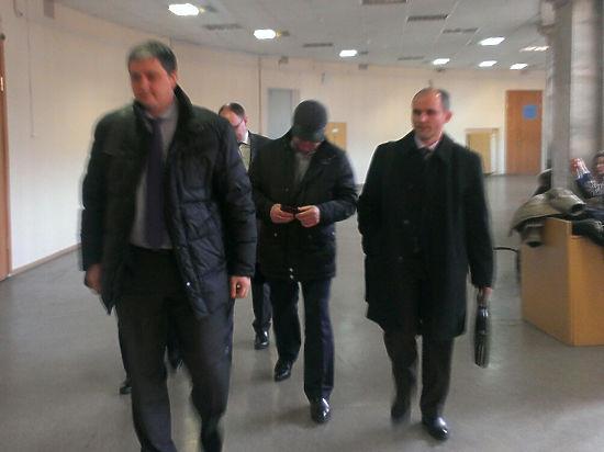 Зять Сердюкова Пузиков в суде спрятался в кепку и победил