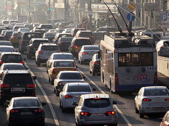 Машины ни для кого: автопром стимулируют, водителей выживают