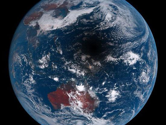 В интернет попала космическая фотография Земли в тени Луны