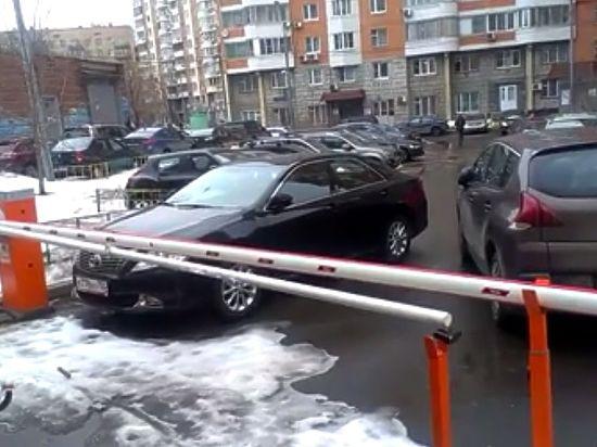 В Москве дворы устроили друг с другом войну шлагбаумов
