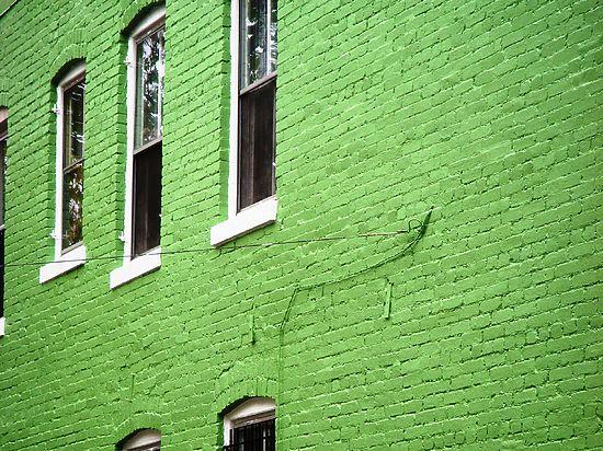 В день Святого Патрика дома в Москве позеленеют